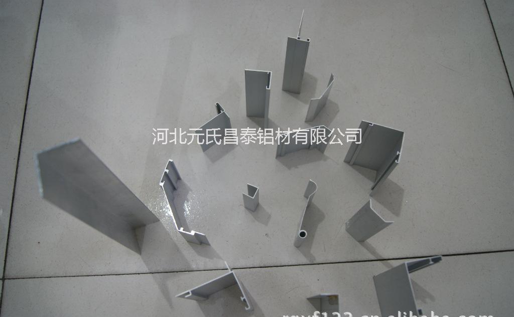 品名:组件交合中压块(组件间距为28mm) 规格:35*28(其他规格有35*20;40*20 ;45*20;45*28;35*22;26.54*26) 长度:60mm,40mm,可根据客户要求尺寸定制 材质:铝合金6063-T5 表面处理:喷砂阳极氧化 用途:用于相邻组件间距为28mm的电池板(还有间距为20mm/26mm的中压块)。 本公司生产各种光伏组件支架,并协助客户设计安装方案,欢迎各界领导参观指导!