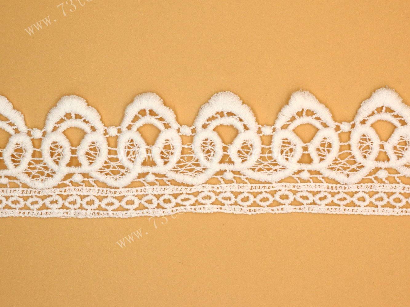 水溶花边是刺绣花边中的一大类,它以水溶性非织造布为底布,用粘胶长丝作绣花线,通过电脑平极刺绣机绣在底布上,再经热水处理使水溶性非织造底布溶化,留下有立体感的花边。机绣花边的花型繁多,绣制精巧美观,均匀整齐划一、形象逼真、富于艺术感和立体感。 运用水溶花边设计的内衣,特别受到女性们的喜爱。这种水溶花边内衣展现出一种独特的设计风格,穿戴上身时会有一种飘飘然的感觉,与别的花边设计来比,显得更加的舒适和贴心。   水溶花边对颜色的牢靠度也比较高,经过多次的清洗,花边上的颜色也不会褪色,还是保持购买时那么艳丽。