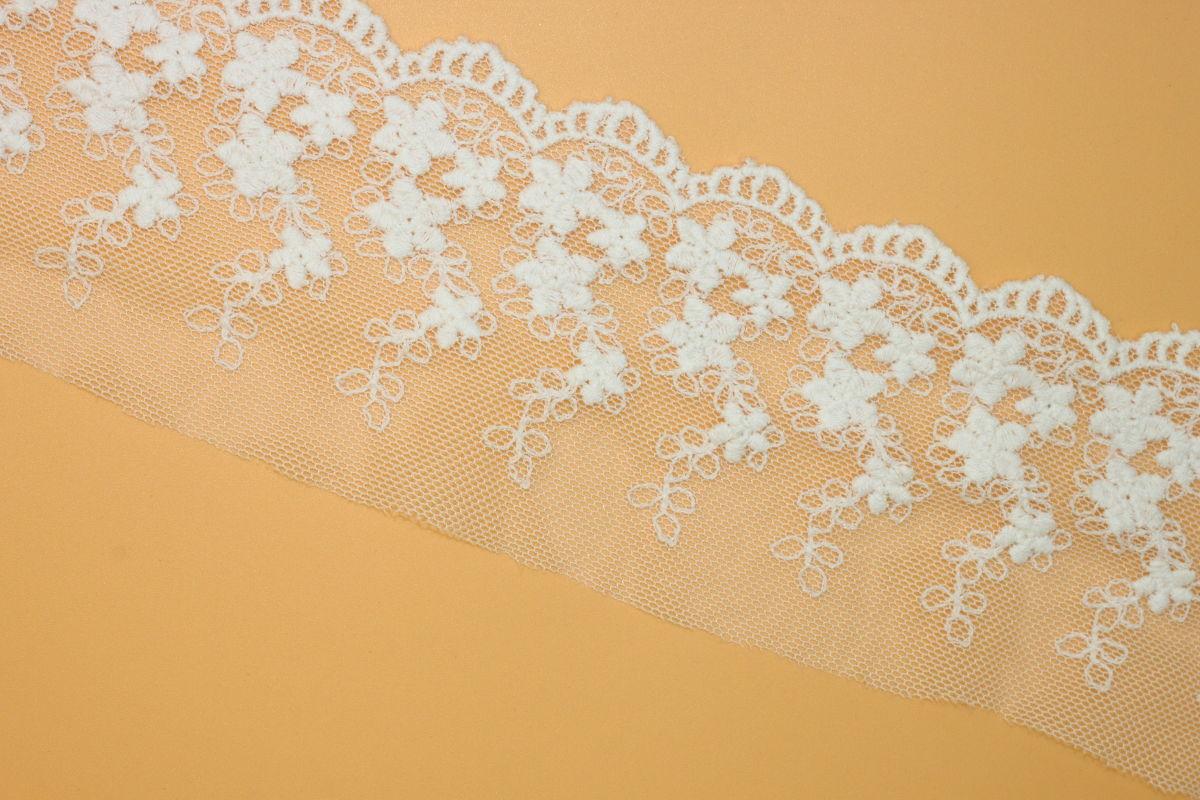 供应用于服装家纺婚纱礼服时装窗帘台布玩具的网布刺绣花边内衣花边辅料棉线花边 刺绣花边所展现的形式会以网布花、波边、朵花、单波花、双波花展现在纺织品或服装上。波边设计需要设计成三角针的形式,才更加有利于裁边,单结构的波边很难实行裁边。 因为刺绣花边所展现出来的产品具有独特的立体感,多会运用到婚纱上,加入了刺绣花边的婚纱,会产生出层层环绕的感觉。刺绣花边可以随设计师的改变而改变,没有统一的图案。可以在纱布上刺绣自己喜欢的图案,且不受纱布的厚度所限制,所刺绣出来的花边也容易清洗。且这种花边给人一种轻薄的感觉,夏