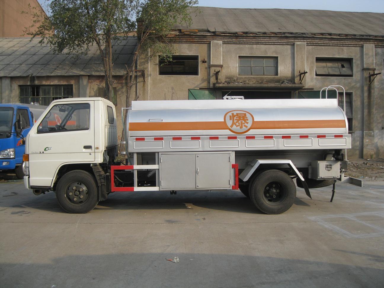 供应江铃国四3吨加油车。山东加油车 青岛加油车