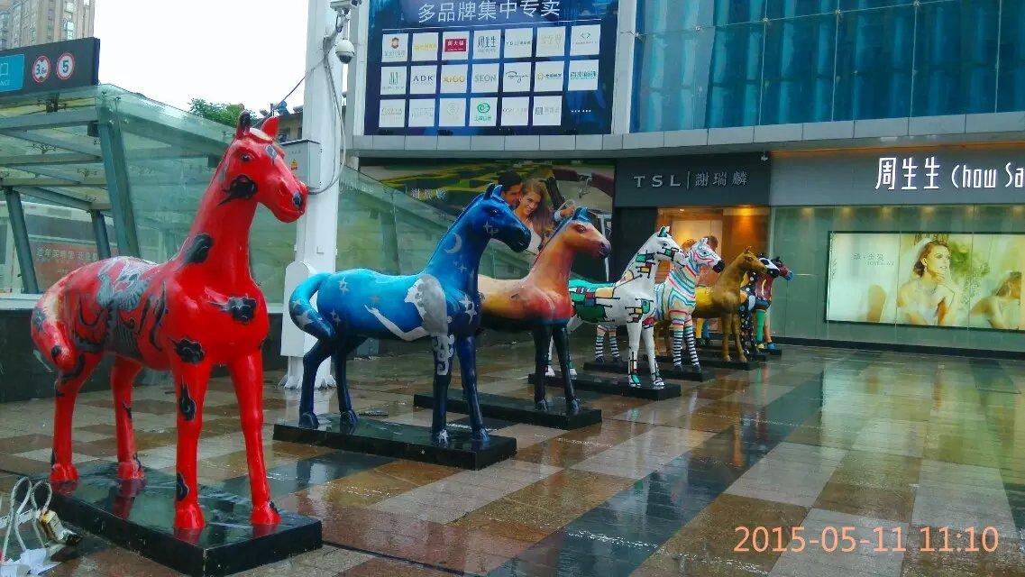 供应室内展示玻璃钢彩色马雕塑动物摆件湖南万达广场落地仿真马装饰道具