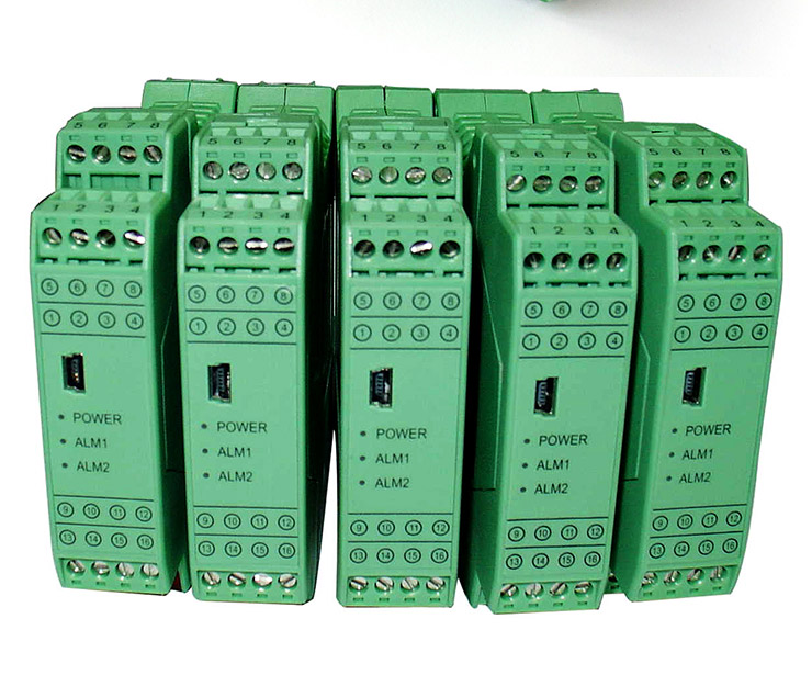 一、产品概述 信号调理器是在自动化控制系统中对各种联络信号进行变送、转换、隔离、传输、运算的仪表,我们总称它们为信号调理器。我公司生产的信号调理器从功能上分有与温度传感器配套的隔离型温度变送器、与各种变送器配套的隔离配电器、对各种信号进行隔离转换的信号隔离器等。从结构上分:有架装式、导轨式、盘装式等。 LDFX系列信号隔离器主要与DCS、PLC等工业测控系统配合使用。用来完善和补充系统模拟I/O插件功能,增加系统适用性和现场环境下的可靠性。 LDWB系列产品中的热电阻、热电偶信号变送器可与热电阻、热电偶