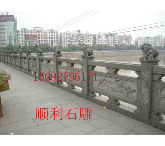 石雕栏杆,石雕栏板图案梅兰竹菊和佛教八宝的对比。