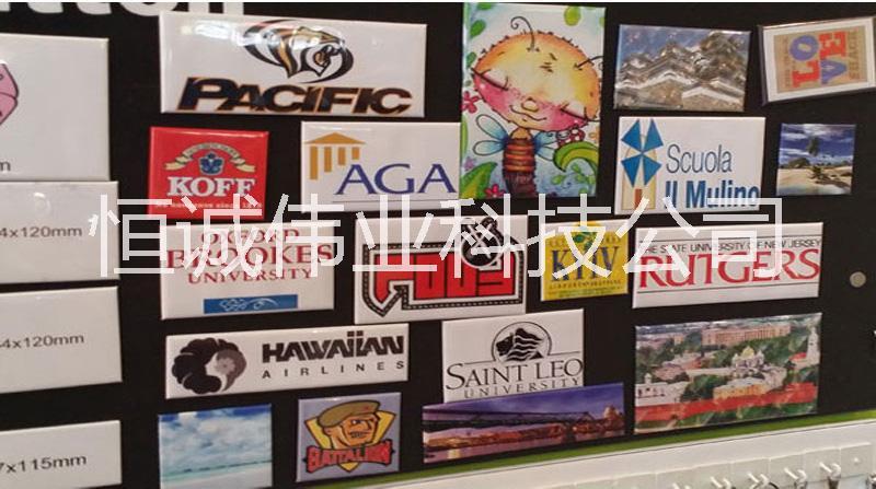恒诚伟业万能打印机适用材质: 恒诚伟业万能打印机,可打印各类金属,陶瓷,水晶,ABS,有机玻璃,压克力,PVC,PE,PP,胶片,不锈钢,塑料,木制品,皮革,石材,玩具,U盘等各种素材物体、软性物体、硬性物体。一次成像, 直接把彩色图案、LOGO、文字喷印在产品表面,无需制版,出菲林,晒网拉版,不良率几乎为零,加工成本降低50%,打样速度快,效果好。不限批量大小,单个成本一致配合恒诚伟业配备的涂层,使得画质保证的至完美!恒诚伟业拥有多名研发工程师加上完整的产品质量控制制度,鎏金夜光荧光镀晶浮雕等最新的装