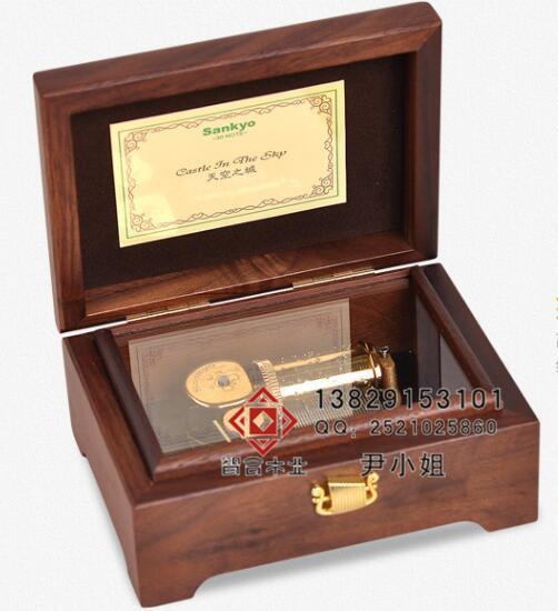 高档八音木盒音乐木盒ZH-088图片描述: 此款音乐木盒子畅销国内外,主要是由进口胡桃木制作外盒子,盒子内的八音电子产品也是选用进口材质制作而成,音质好。品质高。 看得见的品质,木盒内外都可以雕刻图案或者文字。做工精细。 DIY音乐木盒是由胡桃木制作生产,里面的音乐配年也都是德国进口的机芯, 咨询电话:13829153101 联系人:尹丽琼 联系QQ:2521025860