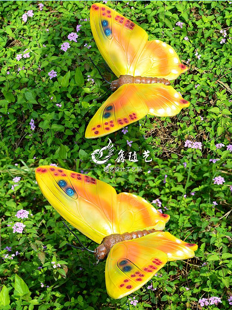 颜色鲜艳,摆放在花丛草地上,很显眼招人喜欢,是道很好的风景线.