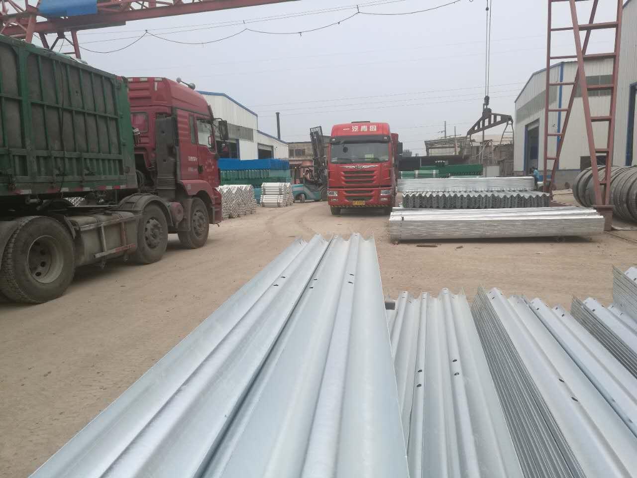 冠县乐胜交通设施专业生产高速公路护栏板,批发二波/三波护栏板镀锌/喷塑波纹状钢护栏