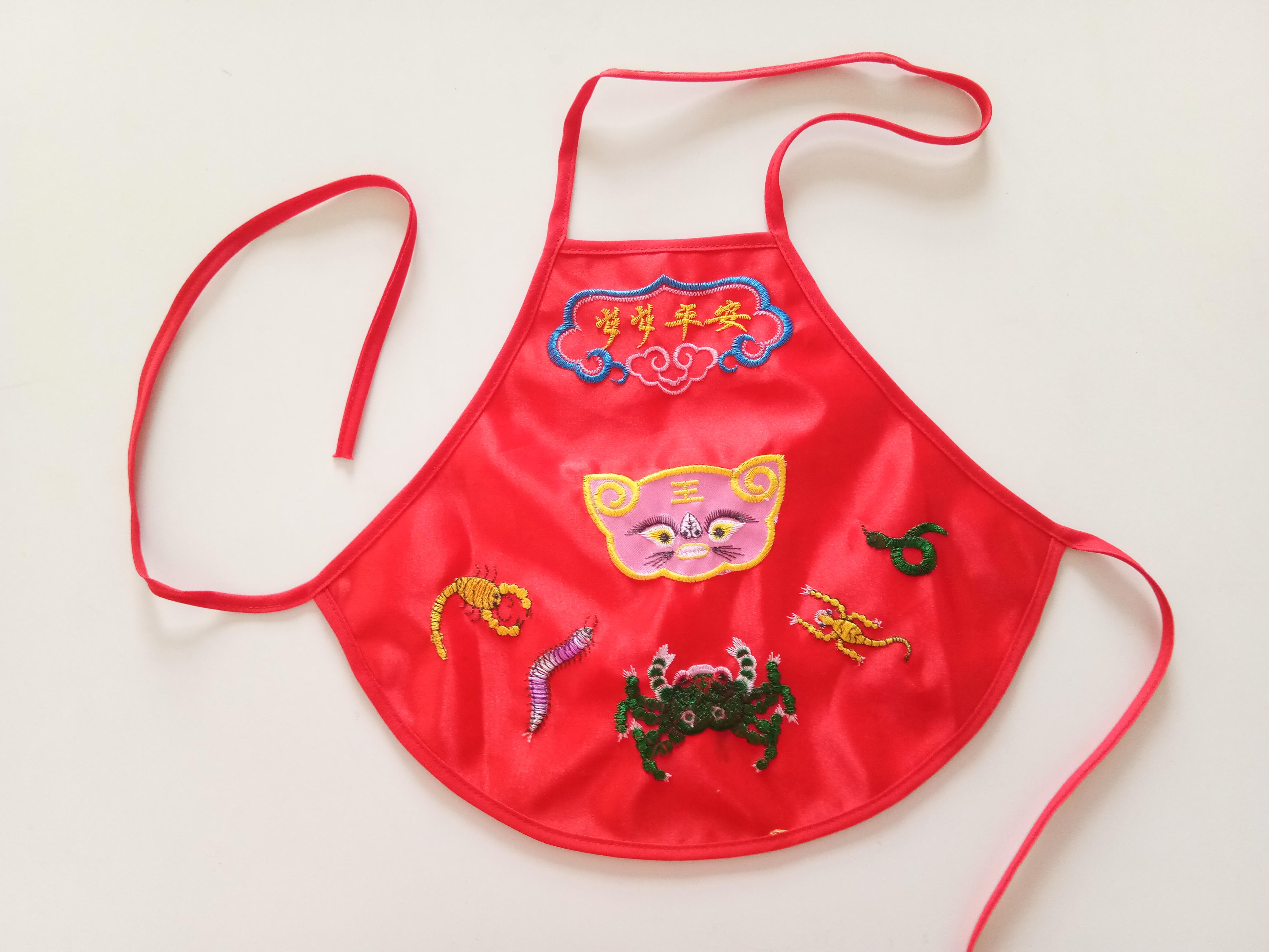 扇形婴儿绣花肚兜 大红绸缎婴儿肚兜