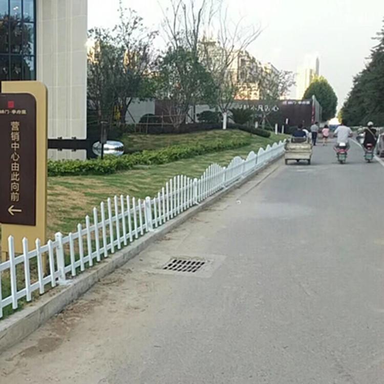 花园围栏 草坪围栏 厂家定做 白色弧形花园围栏 道路PVC护栏 塑料背书草坪栅栏