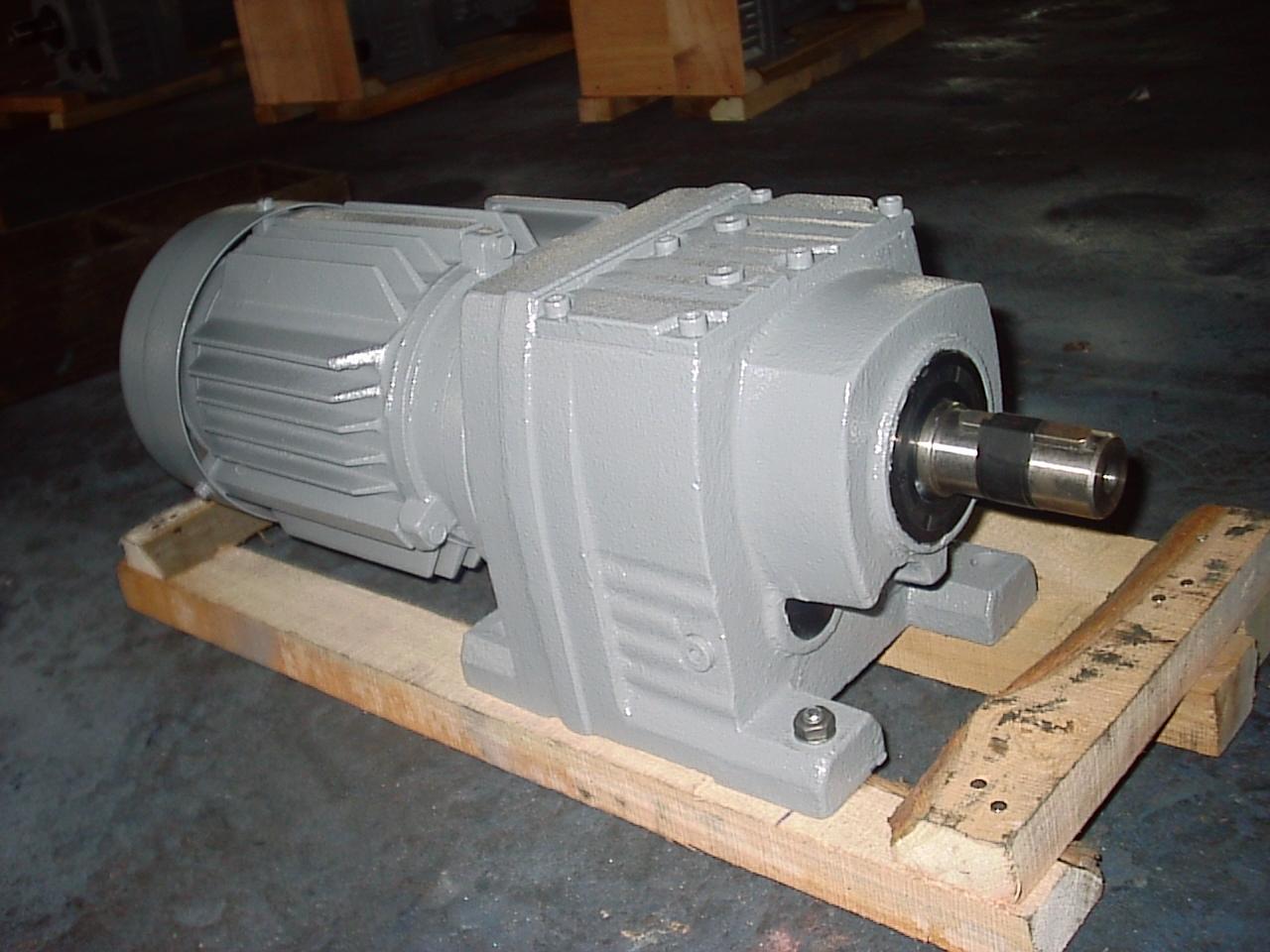 上海R系列斜齿轮减速机价格厂家定制